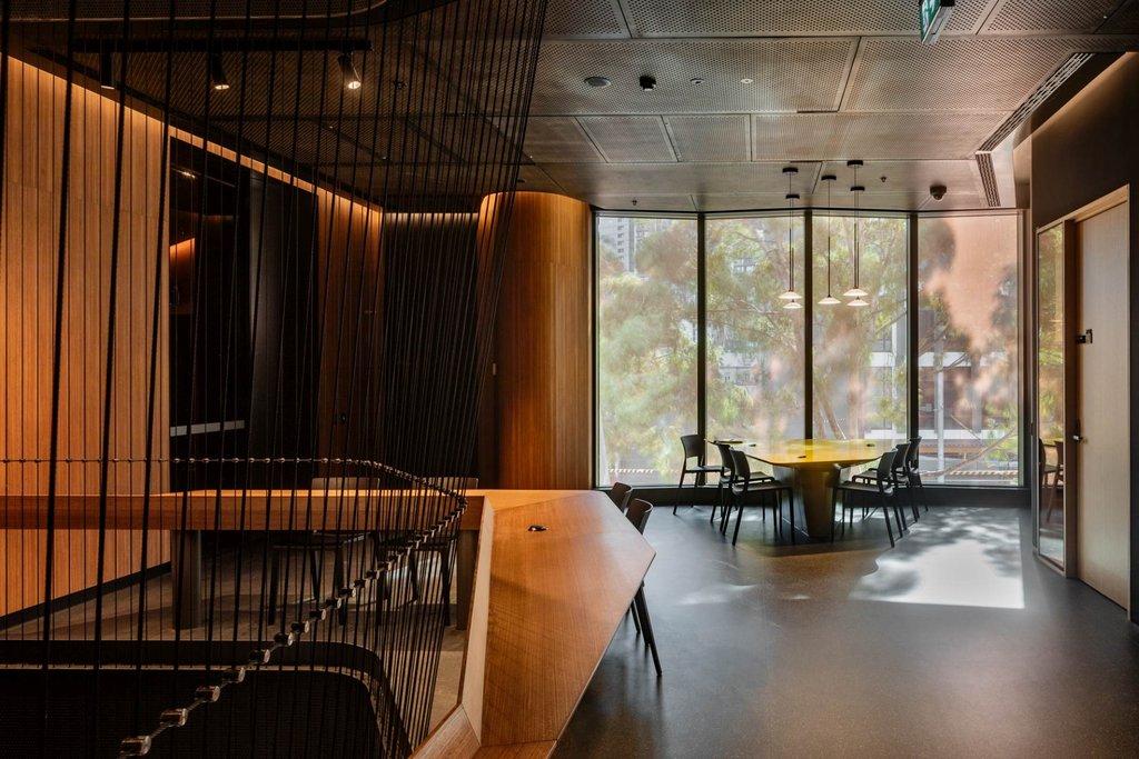 Jakob rope system i Melbourne Conservatorium of music med arkitektoniska sålvajrar