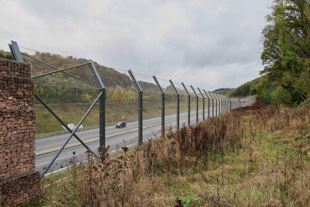 Skyddsstängsel för vilda djur vid korsande av motorväg