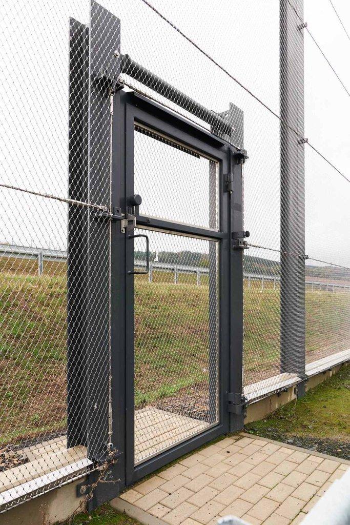 Dörr vid motorvägen A44 i Tyskland i rostfritt stål från Jakob Rope Systems