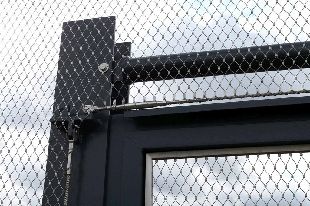 Detaljer av dörr för vägstängsel av designnätet webnet