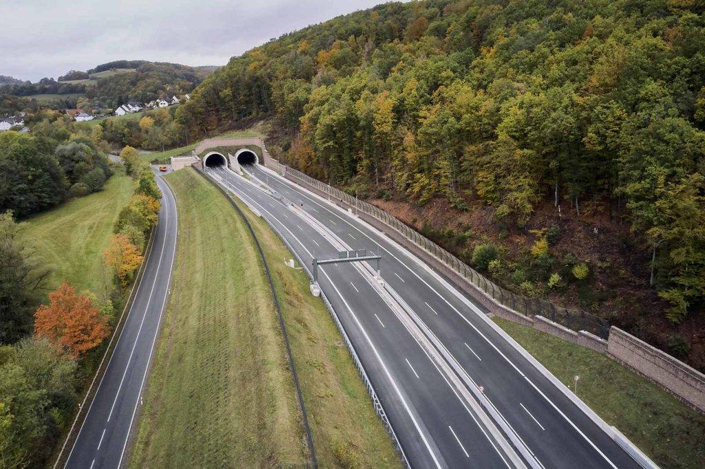 Skyddsnät för fladdermöss efter Tyska A44 motorvägen mellan Hessisch och Waldkappel