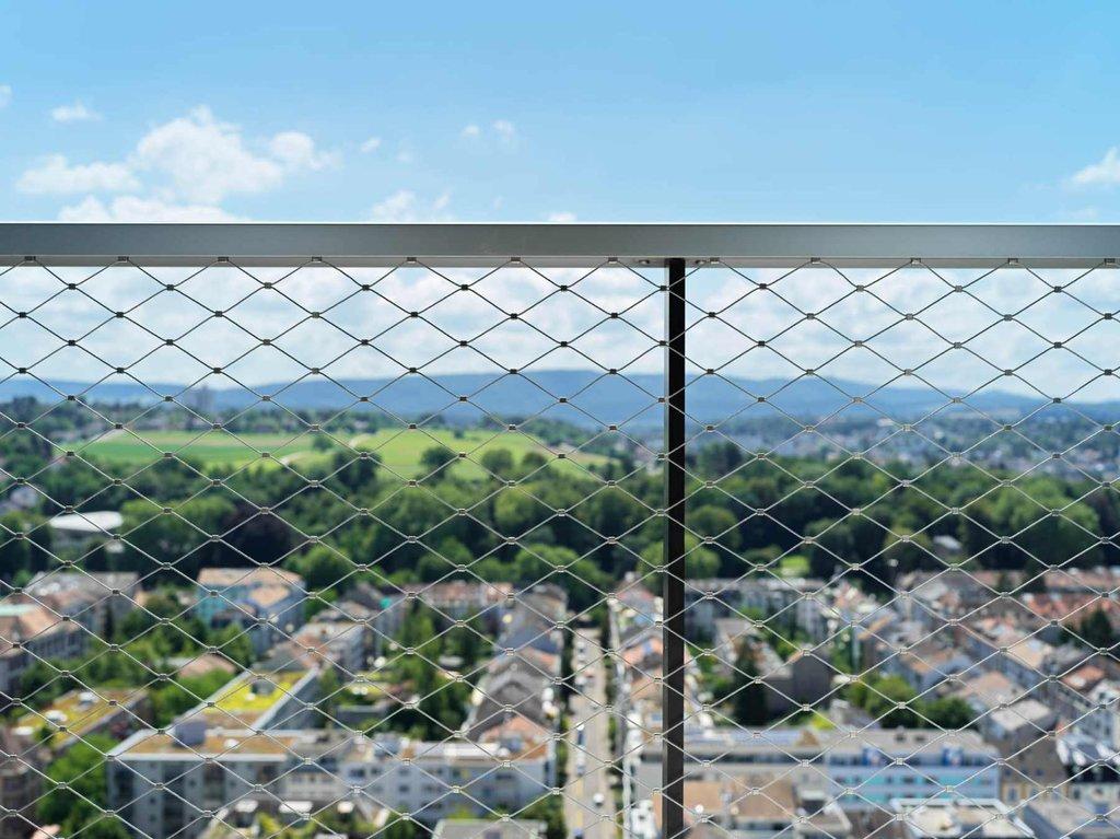 Underbar utsikt från Meret Oppenheim Hochhaus genom designnätet webnet frames