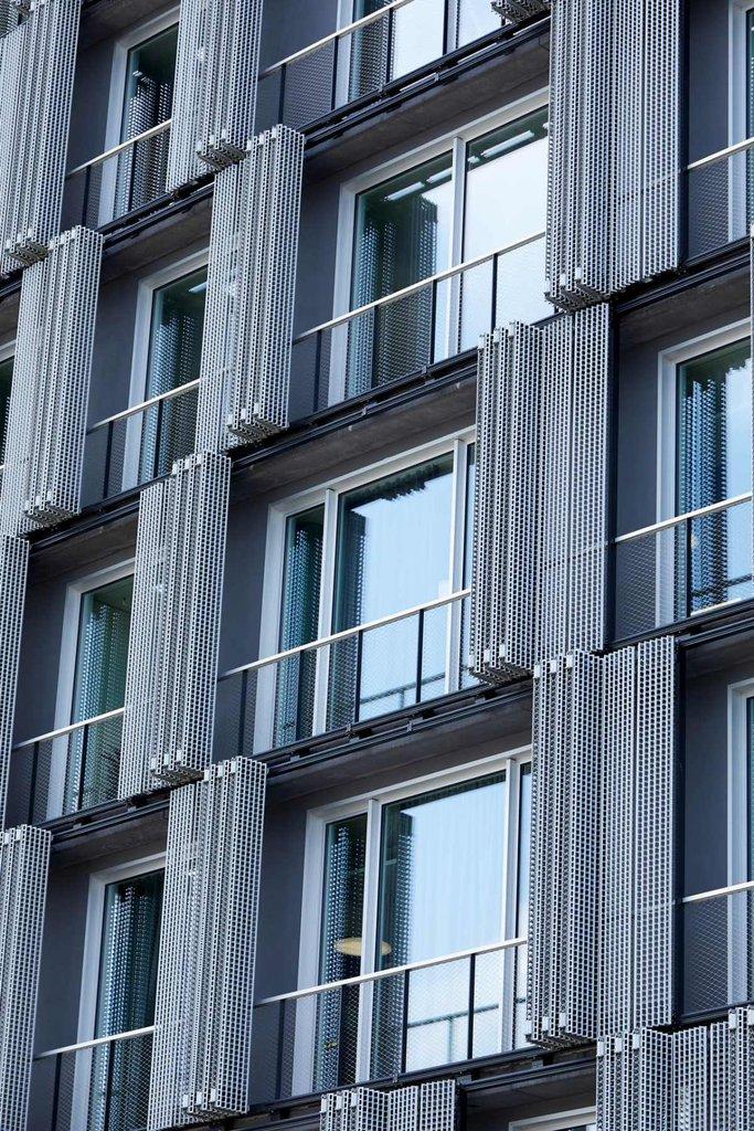 Rostfritt vajernät i kombination med balustrad ger en otrolig design