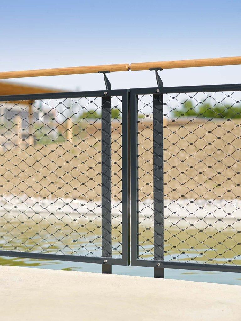Räcke tillverkat av vajernät i rostfritt stål