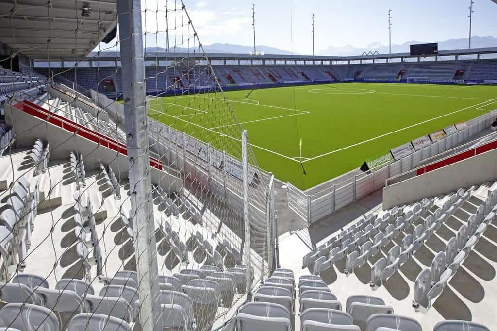 Stockhorn Arena tidigare känd som Arena Thun med skyddande varjernätet Webnet