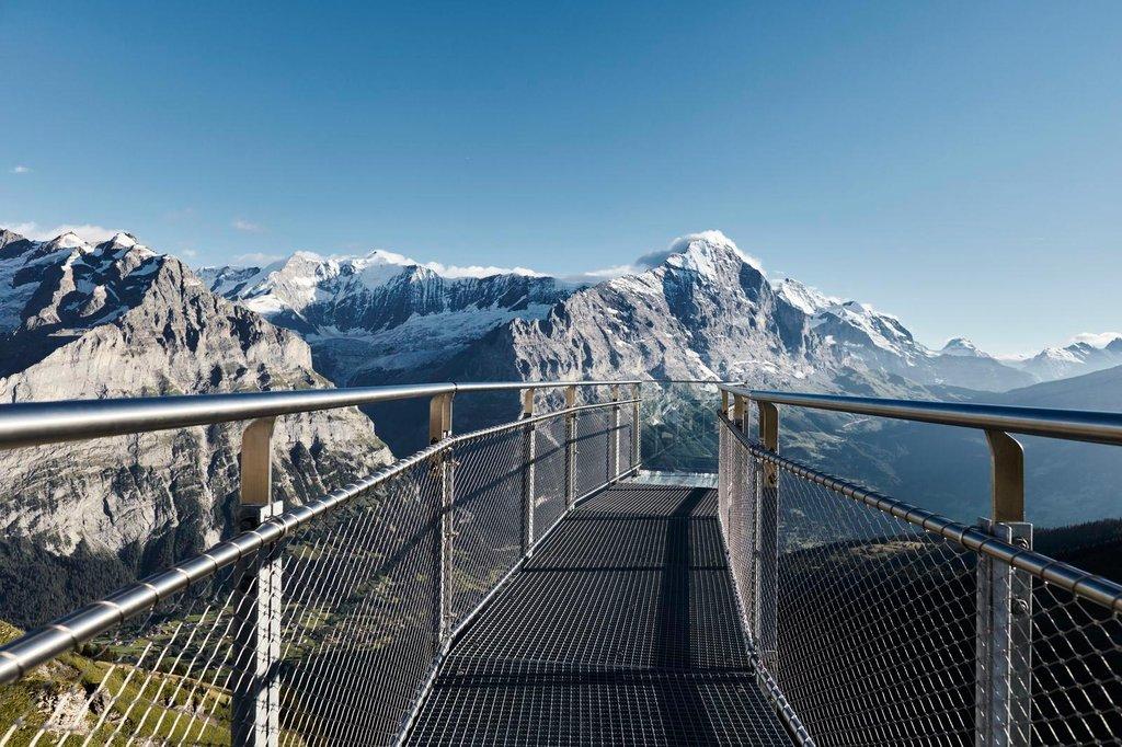 Bergsvandring på hängbro med en vajer