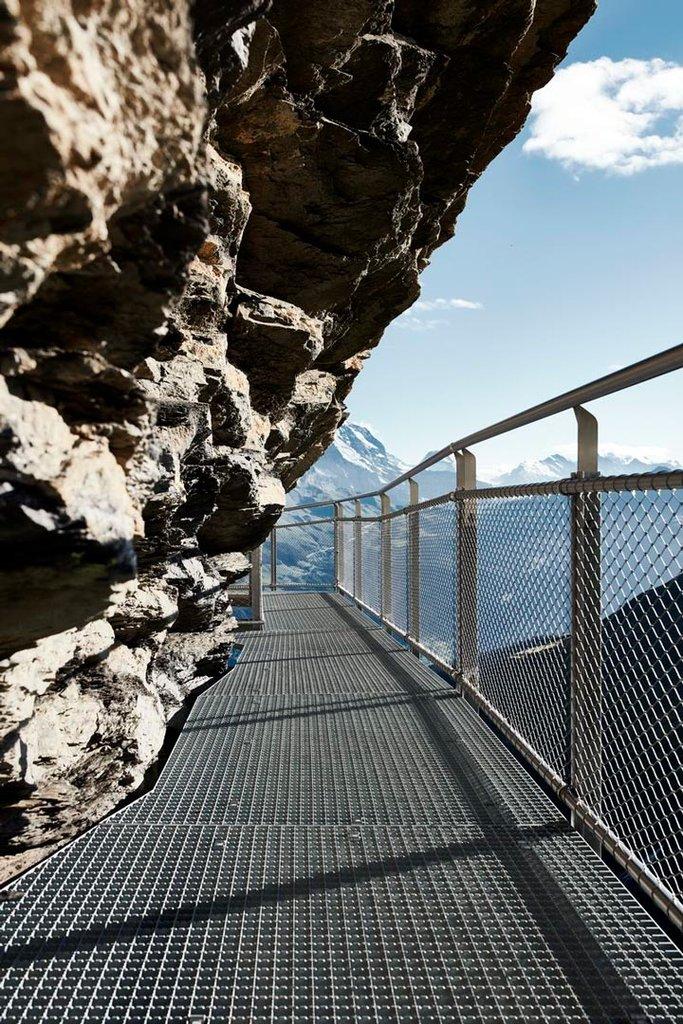 Räcke av rostfritt stål och vajernätvid bergsvandring