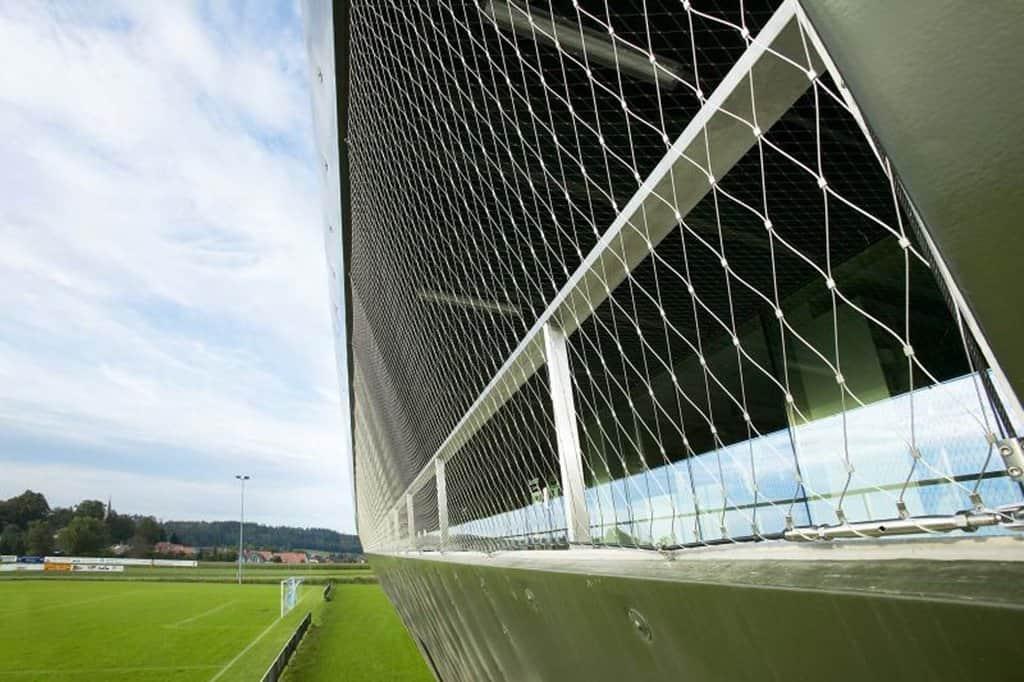 Enkel installation som möjliggör att fästa nätet vertikalt eller horisontellt