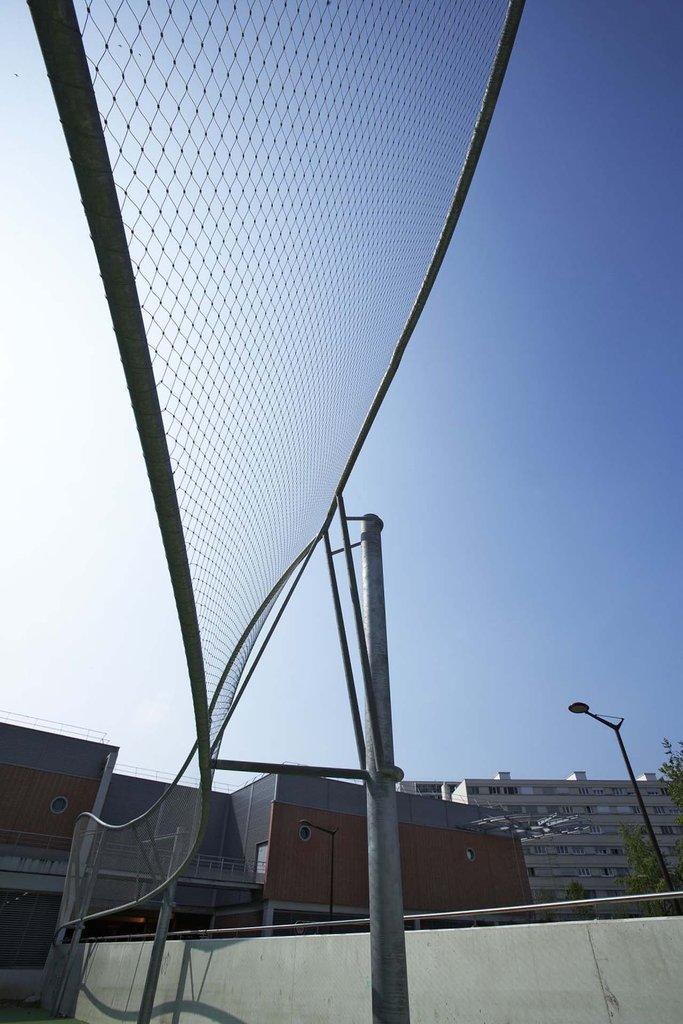 Bollfångande nät på idrottsplats och basketplan